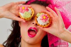 Glamourflicka med tårtor Arkivfoton