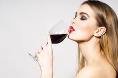 Glamourflicka som dricker vin Arkivbild
