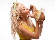 Glamourflickan kysser den lilla hundchihuahuaen royaltyfria foton