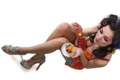 Glamourflickor med en kaka Royaltyfria Bilder