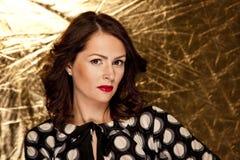 Glamourkvinna på guld- bakgrund Royaltyfri Foto