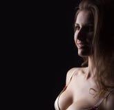 Glamourkvinnastående, härlig framsida, kvinnlig som isoleras på svart bakgrund, stilfull sexig blick, studioskott för ung dam Arkivbild