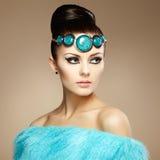 Glamourkvinnor i pälsudde Arkivbilder
