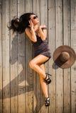 Glamourmodell som poserar på trägolv Fotografering för Bildbyråer