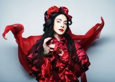 Glamourmodemodell i röd dräkt för elegans Royaltyfri Bild