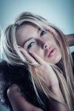 Glamourmodestående av den härliga blonda unga kvinnan i päls royaltyfria bilder