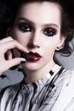Glamourmodestående av den härliga unga brunettkvinnan med arkivbilder