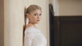 Glamourous невеста представляя на предпосылке стены акции видеоматериалы