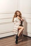Glamourous портрет молодой красивой женщины в кожаных ботинках и стильной сумке Стоковое фото RF