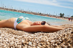 Glamourous young woman on the beach Royalty Free Stock Photos