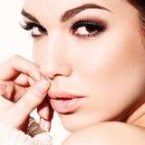 Glamourportret van mooi vrouwenmodel met verse dagelijkse make-up en romantisch golvend kapsel. Stock Foto