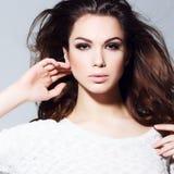 Glamourportret van mooi vrouwenmodel met verse dagelijkse make-up en romantisch golvend kapsel. Royalty-vrije Stock Afbeeldingen