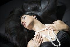 Glamourportret van mooie vrouw met pareltoebehoren Stock Foto