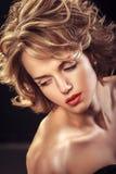 Glamourstående av den härliga attraktiva blonda lockiga kvinnan royaltyfri fotografi
