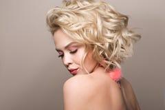 Glamourstående av den härliga flickamodellen med makeup och den romantiska krabba frisyren Royaltyfri Bild