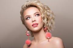 Glamourstående av den härliga flickamodellen med makeup och den romantiska krabba frisyren Arkivfoto
