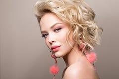 Glamourstående av den härliga flickamodellen med makeup och den romantiska krabba frisyren Royaltyfri Foto
