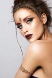 Glamourstående av den härliga kvinnamodellen med den guld- makeup- och romantikerfrisyren Arkivfoton