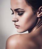 Glamourstående av den härliga kvinnamodellen med ny ren hud fotografering för bildbyråer