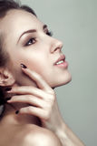 Glamourstående av den härliga kvinnamodellen med ny ren hud royaltyfri fotografi