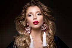 Glamourstående av den härliga kvinnamodellen med röda kanter Royaltyfria Bilder
