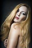 Glamourstående av den sexiga blonda kvinnan Arkivfoto