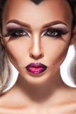 Glamourstående av den sexuella kvinnlign med smink och sund hud Arkivbilder