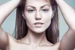 Glamourstilstående av den härliga delikata sexiga kvinnan arkivbilder