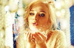 Glamourstilstående av en ung blondin royaltyfri fotografi