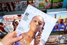 Glamourtijdschrift in een hand stock foto's