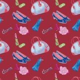 Glamourtoebehoren, blauwe kegelentype zak, lippenstift, parfum, de schoenen van het leerhof, op donkerrode achtergrond, naadloos  Stock Fotografie