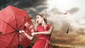 Glamourvrouw die een gebroken paraplu in cinemagraph houden stock videobeelden