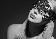 Glamourvrouw in masker Royalty-vrije Stock Foto's