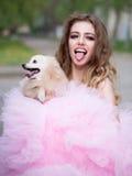 Glamourvrouw met hond Stock Foto's