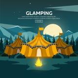 Glamping Στρατοπέδευση Glamor Πυρά προσκόπων Δασικά και δύσκολα βουνά πεύκων Να εξισώσει το στρατόπεδο ελεύθερη απεικόνιση δικαιώματος