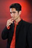 Glamur Mann im schwarzen Kostüm Lizenzfreie Stockbilder
