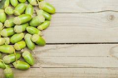 Glands brillants frais verts sur une table en bois Image stock