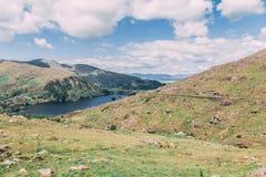 Glanmore sjö på Healy Pass, ett 12 km ruttvärde av hårnålvänd som spolar till och med gränsländerna av ståndsmässig kork och läne Royaltyfria Bilder