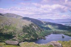 Glanmore sjö på Healy Pass, ett 12 km ruttvärde av hårnålvänd som spolar till och med gränsländerna av ståndsmässig kork och läne Fotografering för Bildbyråer