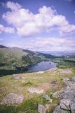 Glanmore sjö på Healy Pass, ett 12 km ruttvärde av hårnålvänd som spolar till och med gränsländerna av ståndsmässig kork och läne Arkivbilder