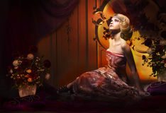 Glans. Aristokratisk kvinna i den lyxiga tappninginre som ser upp royaltyfri fotografi