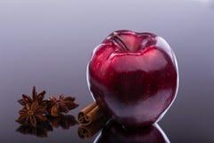 Glans röda Apple på mörk bakgrund Arkivfoto