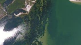 Glans van de zon en het zeewier in het overzees van een hoogte stock video