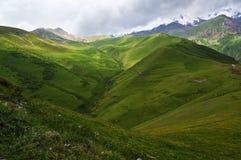 glansen av de Kaukasus bergen Arkivfoton