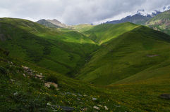 glansen av de Kaukasus bergen Arkivbild