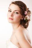Glanses de jeune mariée au-dessus de son épaule Photographie stock