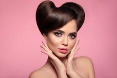 Glansig läppstift Skönhetstående av modellen för högt mode med färgrik ljus skinande hårstil för makeup och för utvikningsbrud fö royaltyfria foton