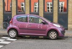 Glansig violett Peugeot 107 bil Fotografering för Bildbyråer