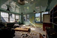 Glansigt kirurgirum med tappningfasta tillbehör - övergett sjukhus Royaltyfri Fotografi