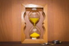 Glansowana w starym stylu hourglass pozycja z monety fotografia royalty free